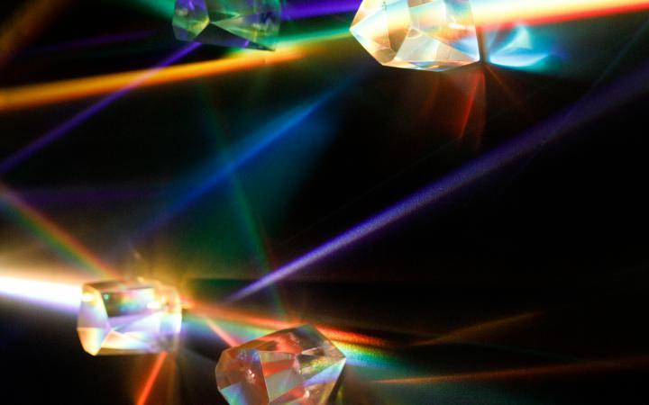 Prismen streuen Licht in kleine Regenbögen