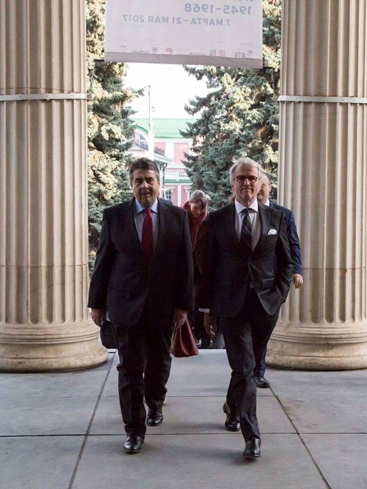 Sigmar Gabriel und ein weiterer Mann schreiten zum Eingang der Kunst in Europa Ausstellung in Moskau.