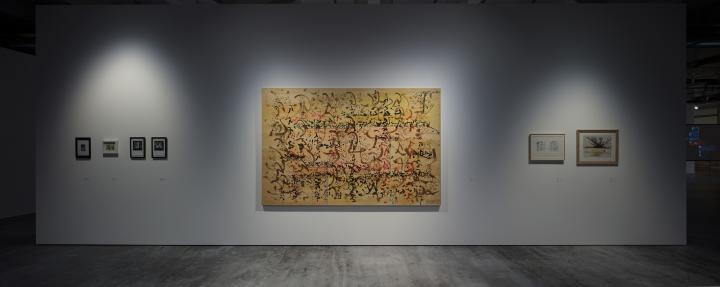 Ein großes abstraktes Gemälde an einer Museumswand des ZKM, daneben mehrere kleinere Bilder