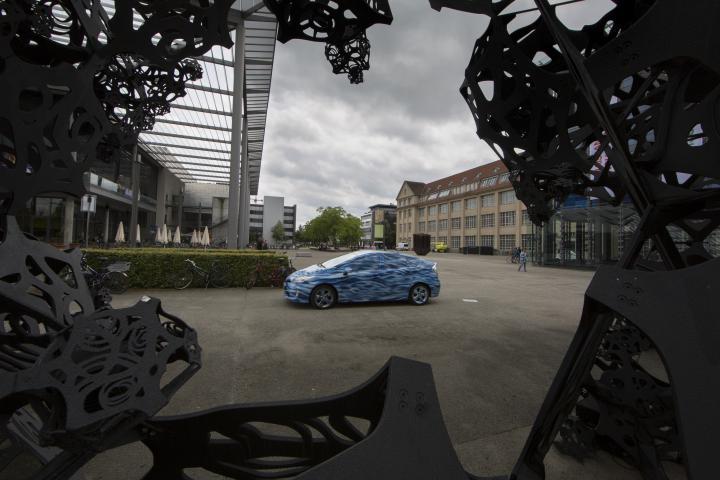 Ein blaues Auto auf dem ZKM_Vorplatz