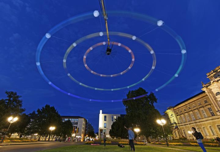 Ein riesiger bunter Kreisel im Karlsruher Nachthimmel