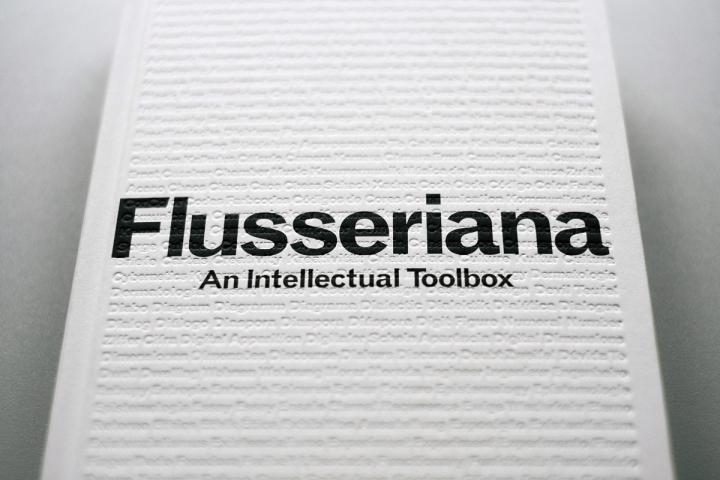 Cover der Publikation »Flusseriana«: Schwarze Schrift auf weißem Grund
