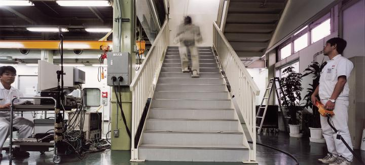 Ein Roboter geht die Treppe in einem Industriegebäude hoch