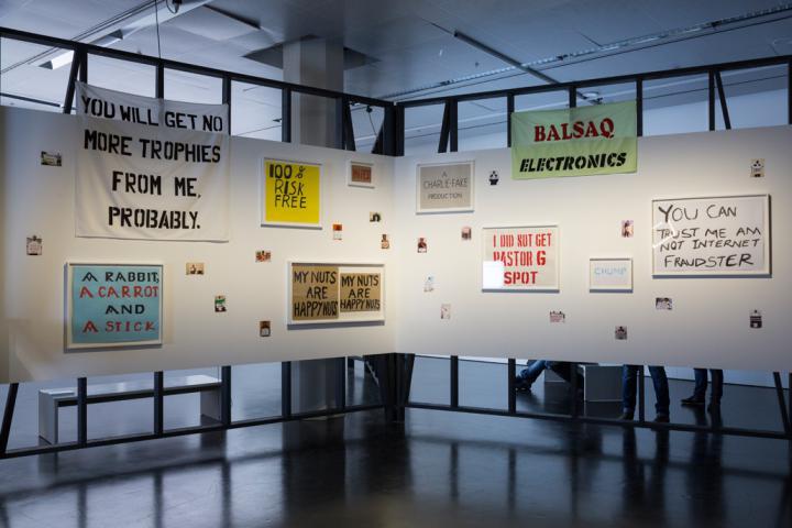 Sprüche auf Bannern, Papier und Pappe
