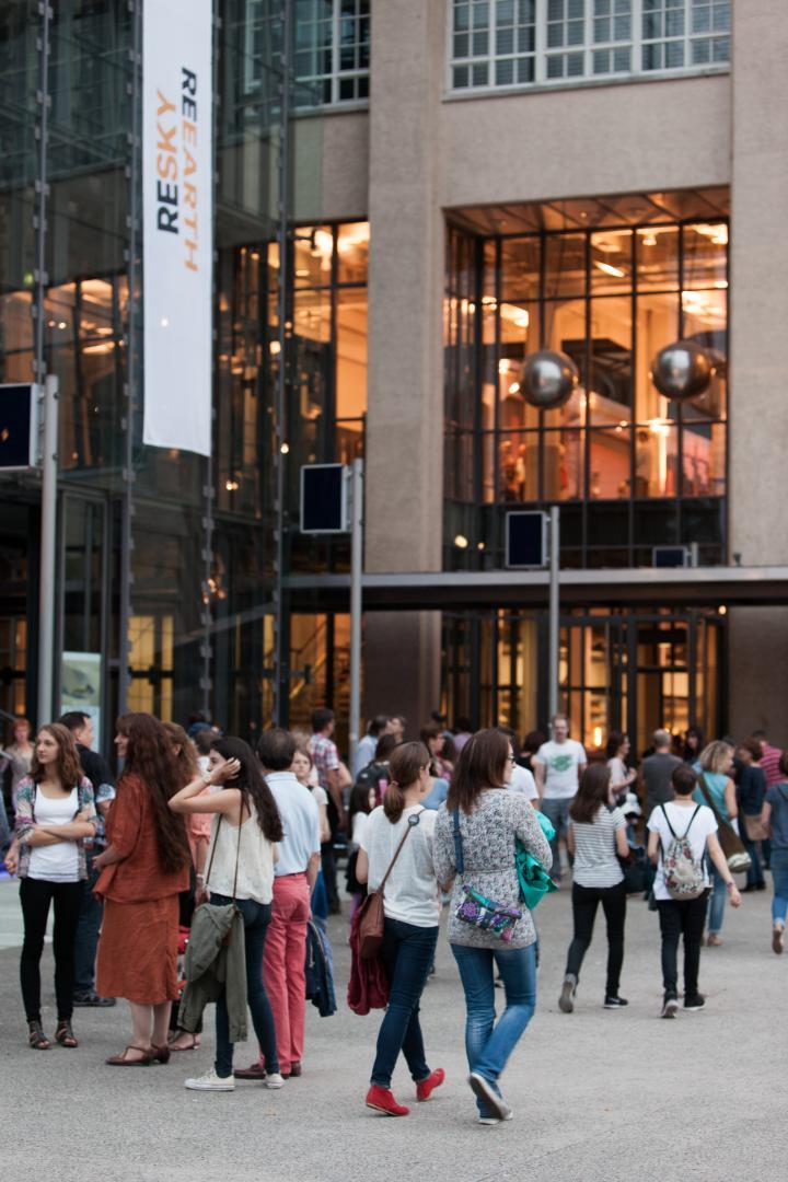 Menschen stehen vor dem ZKM-Eingang