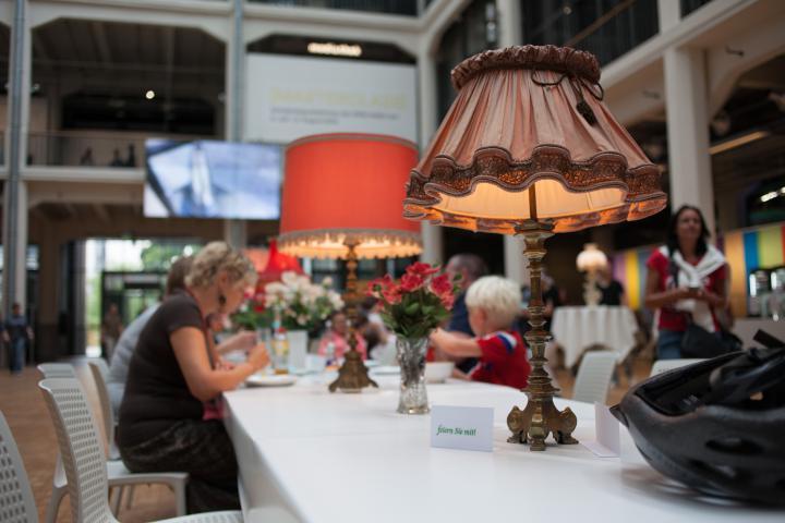 Ein langer Tisch mit leuchtenden Lampen