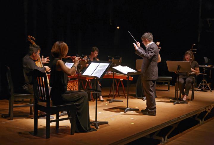 Ein vierköpfiges Orchester mit Dirigent