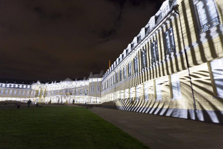 Diagonale, leuchtende Striche auf der Schlossfassade