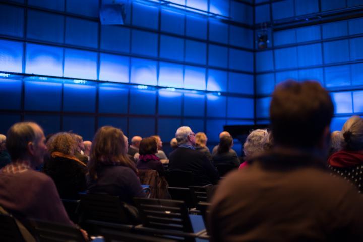 Personen schauen auf die Bühne