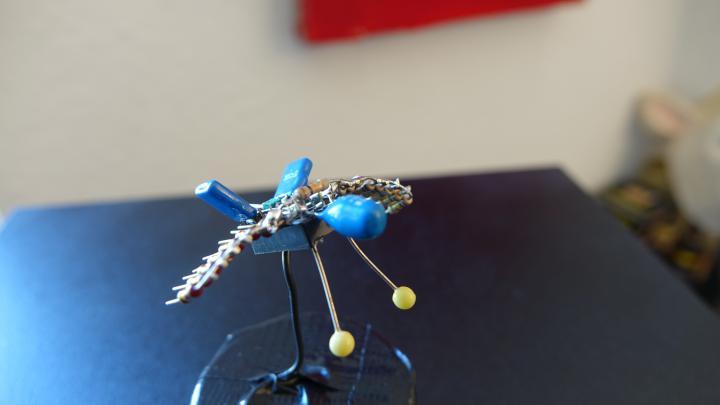 Eine Fliege, zusammengelötet aus Elektroschrott