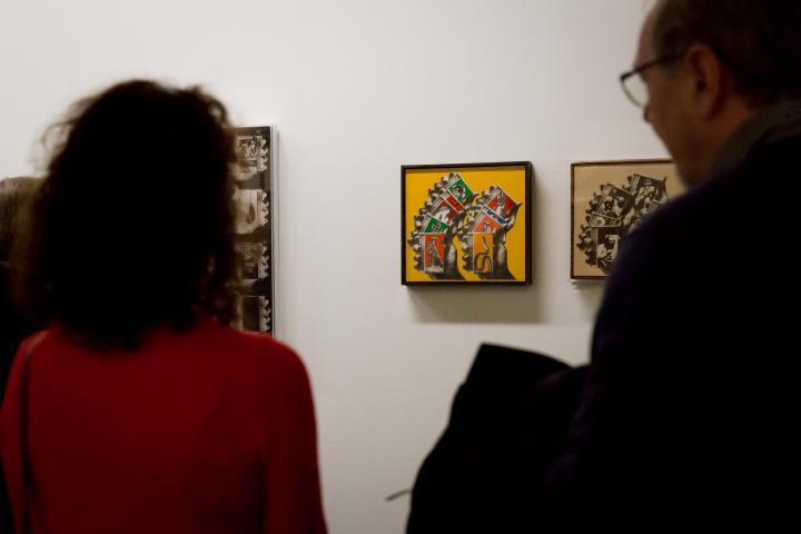 Blick auf ein abstraktes Gemälde