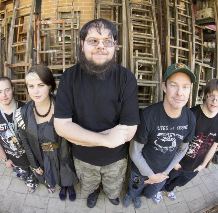 Bild von fünf Personen, fotografiert mit Fischaugen-Objektiv