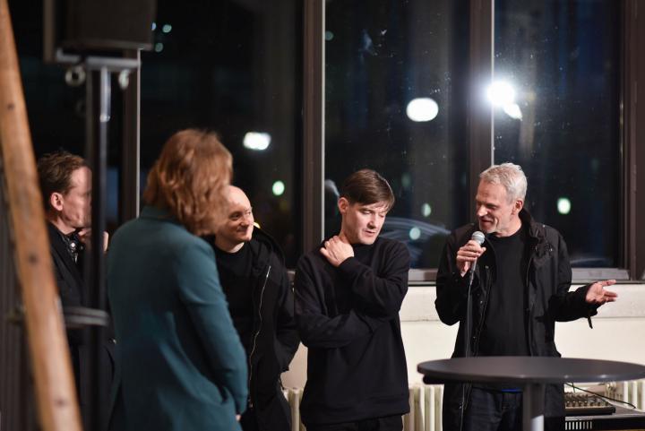 Fünf Menschen im Gespräch