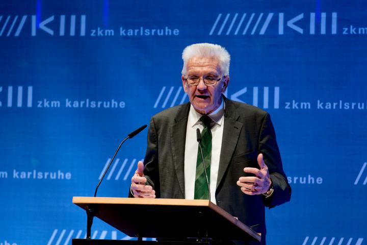 Winfried Kretschmann bei seiner Eröffnungsrede zur Ausstellung »Kunst in Europa 1945–1968  Der Kontinent, den die EU nicht kennt«