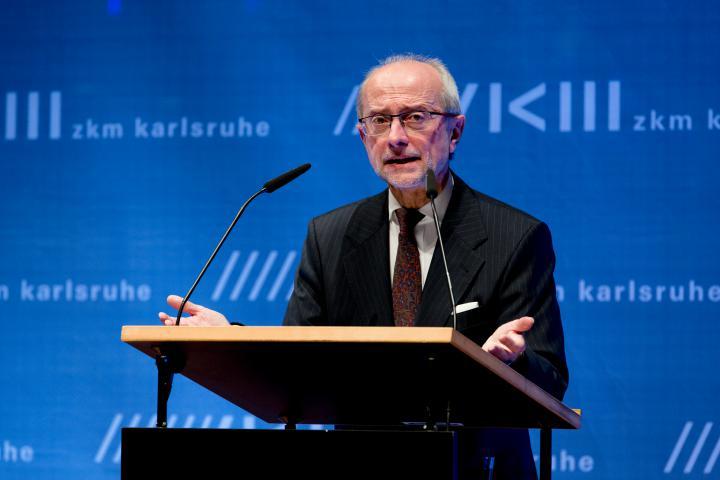 Koen Haverbeke bei seiner Rede zur Eröffnung der Ausstellung »Kunst in Europa 1945–1968  Der Kontinent, den die EU nicht kennt«