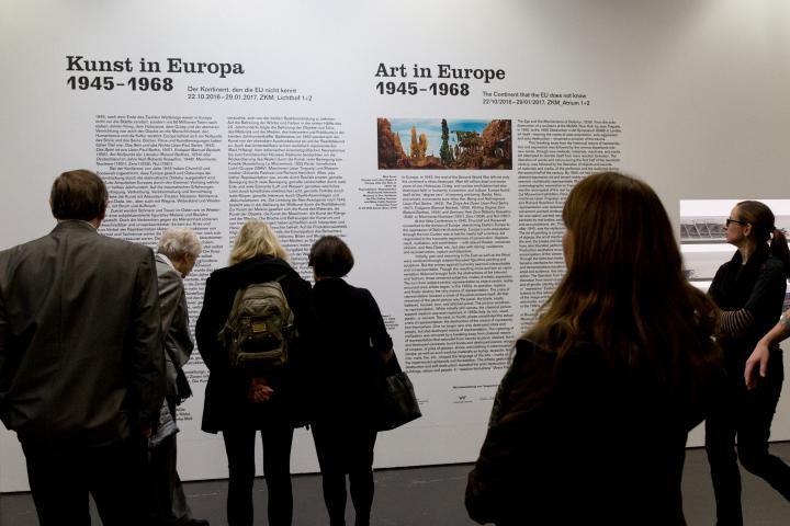 Besucher am Eingang der Ausstellung »Kunst in Europa 1945–1968«