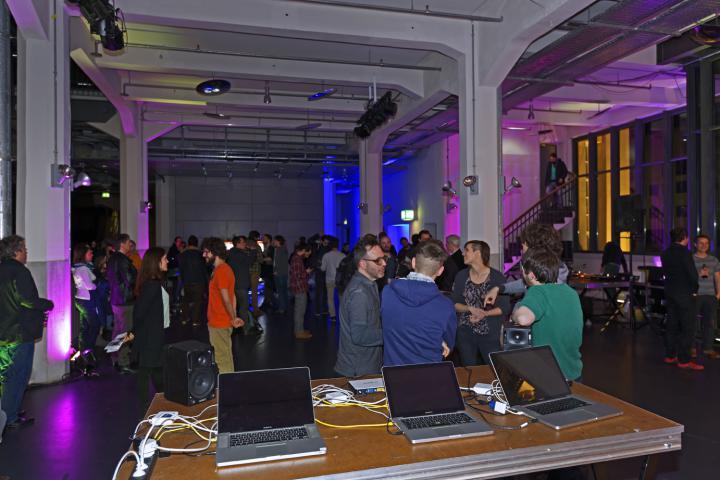 Eine Menschenmenge vor drei Laptops