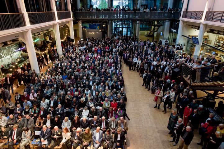 Das Bild zeigt das volle ZKM_Foyer bei der Ausstellungseröffnung von Markus Lüpertz
