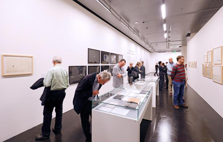 Besucher am Eröffnungsabend der Ausstellungsserie »Poetische Expansionen«