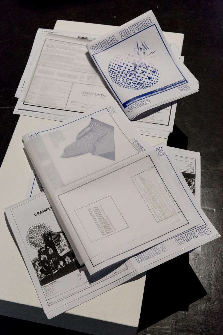 The picture shows various editions of the magazine »Radical Software«