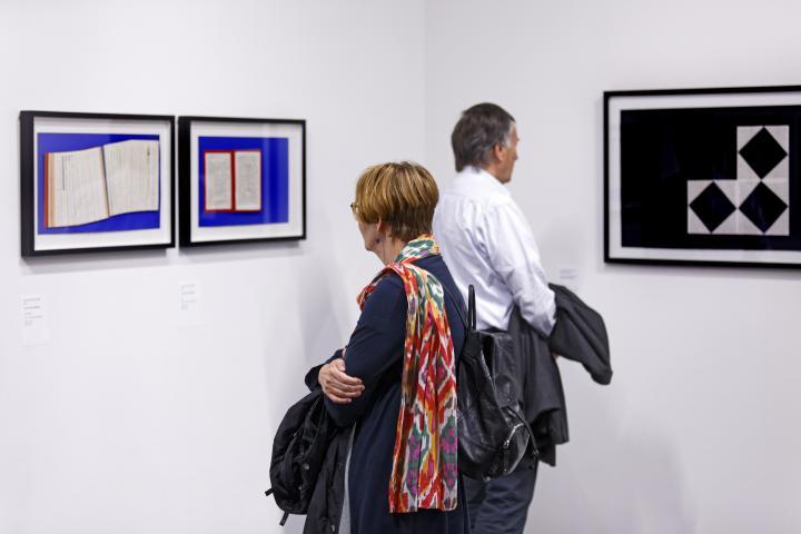Besucher in der Ausstellung »Reinhard Döhl: Alles ist möglich. Alles ist erlaubt.«