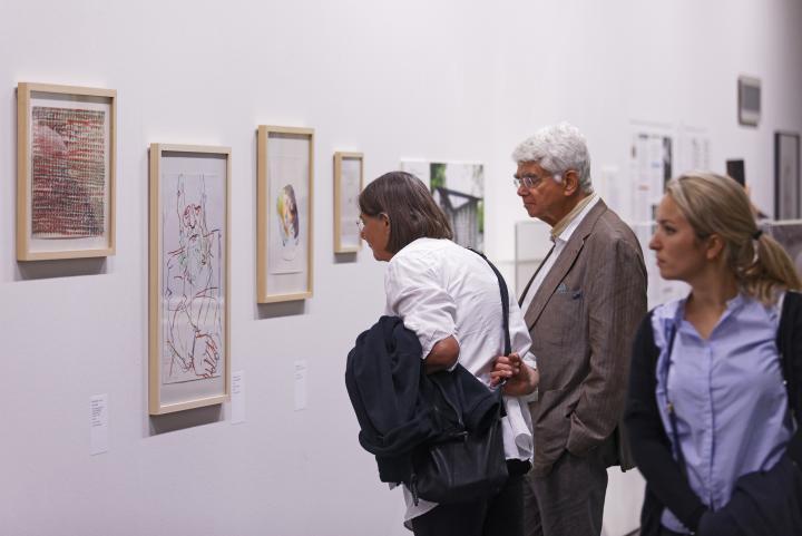 Visitors at the exhibition »Helmut Heißenbüttel: schreiben sammeln senden«