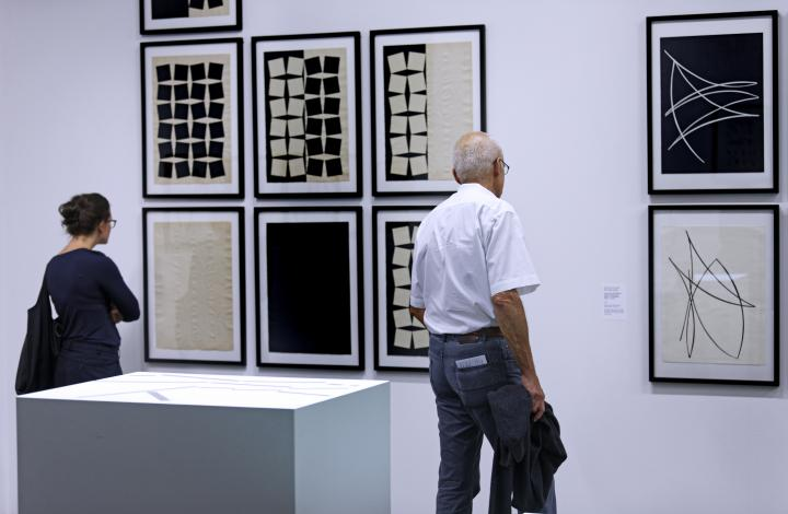 Besucherin in der Ausstellung »Reinhard Döhl: Alles ist möglich. Alles ist erlaubt.«