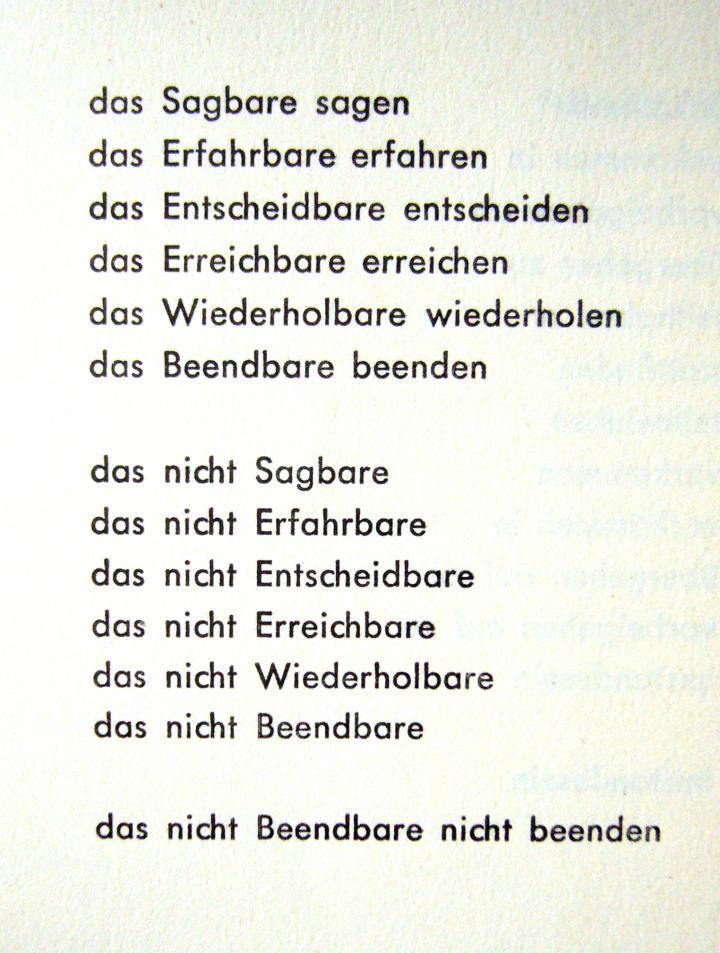 Schwarzer Text auf weißem Papier