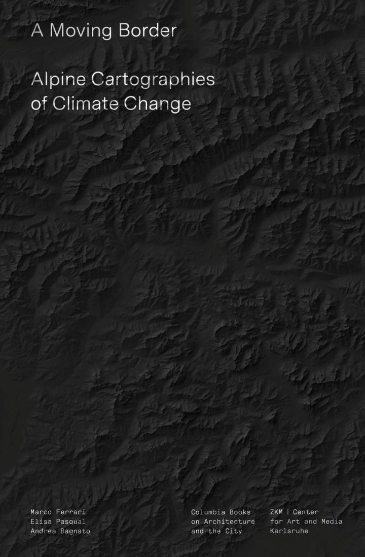 Schwarze Alpenlandschaft aus der Vogelperspektive