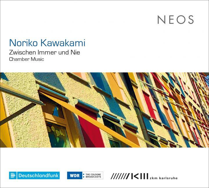 Cover der Audio-CD »Zwischen Immer und Nie«, Gebäudefassade mit bunten Jalousien