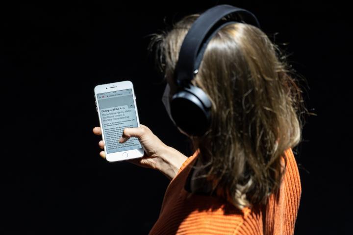 Zu sehen ist der Ausschnitt eines jungen Mädchens, welches ein Smartphone in der Hand hat.