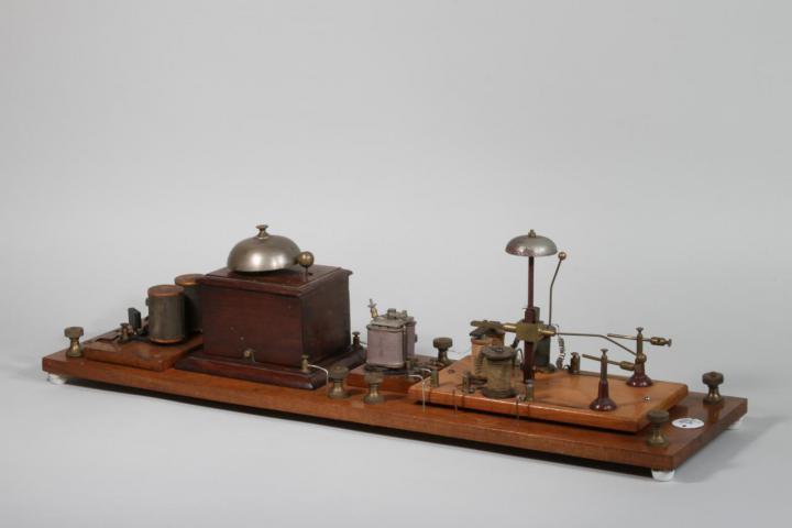 Apparatur aus Holz und Metall auf weissem Hintergrund