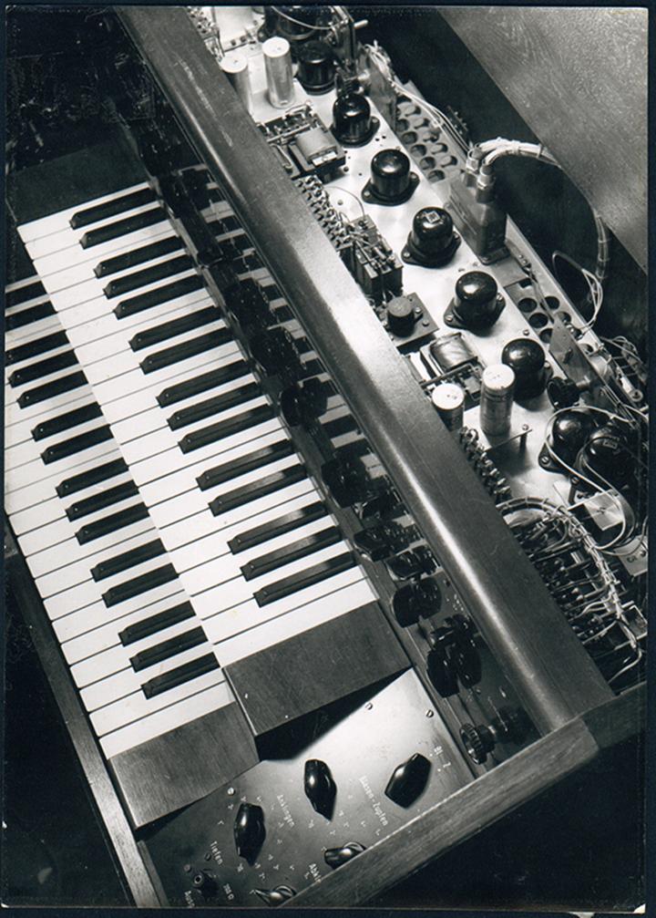 Eine Hand spielt Harald Bodes Melochord, 1947