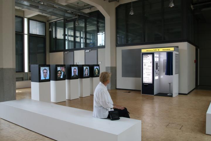 ZKM_Foyer mit dem Fotoautomaten im Hintergrund