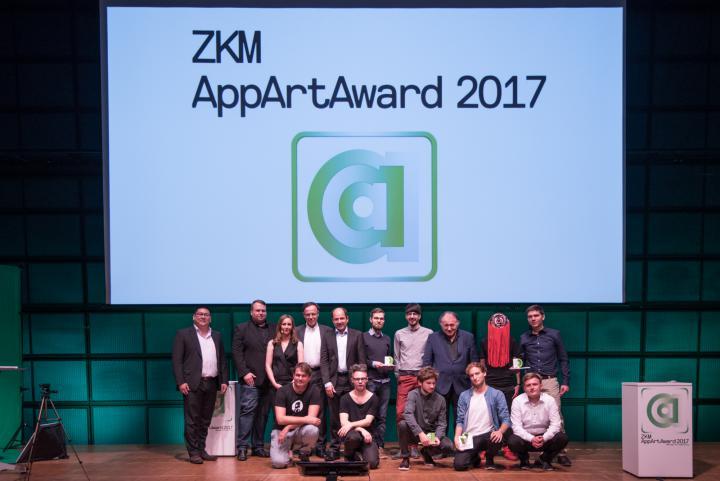 Eine Gruppe von Wettbewerbsteilnehmern posiert auf der Bühne
