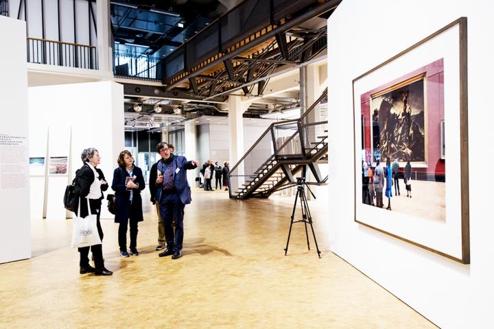 Bruno Latour erklärt ein Werk der Ausstellung »Reset Modernity!«
