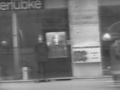 Exhibition of Jochen Gerz besides his photographic reproduction (Ausschnitt / excerpt)