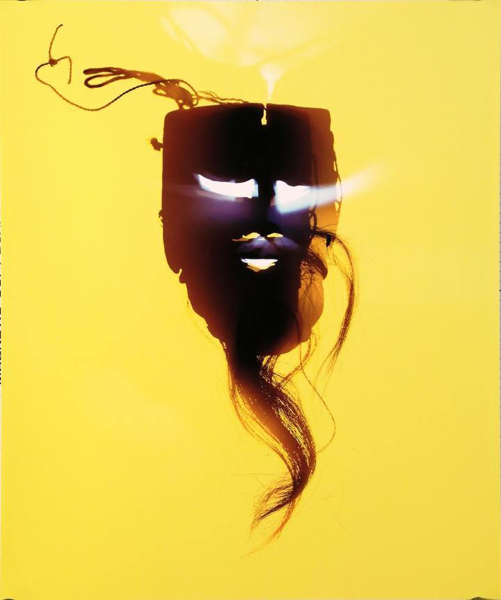 Maske vor gelbem Hintergrund