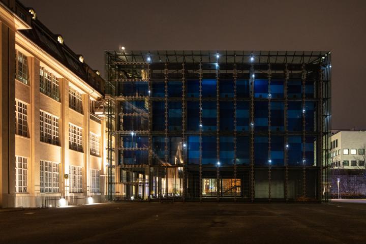 Der gläserne Kubus des ZKM funkelt im Dunkeln mit hellen Lichtpunkten. Eine Installation von Walter Giers.